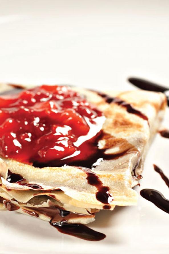 Pancakes au Chocolat avec de la Confiture de Fraise