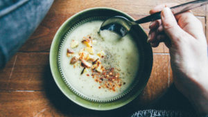 Pour avoir une sensation de satiété, les nutritionnistes recommandent de manger des aliments riches en protéines, en fibres et en eau